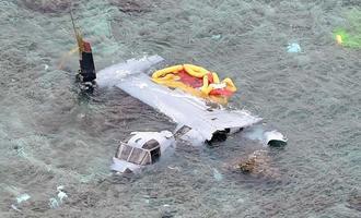 名護市安部の海岸に墜落し大破したオスプレイ=14日午後3時24分(本社チャーターヘリから金城健太撮影)