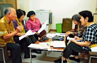 金武くとぅばの話者から単語や文章を聞き取る松森晶子教授(右端)=3月30日、金武町中央公民館