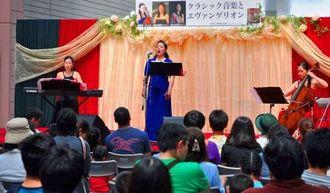 劇中曲を演奏する辺土名直子さん(左)、知念利津子さん(中央)、城間恵さん=10日、那覇市・サンエー那覇メインプレイス