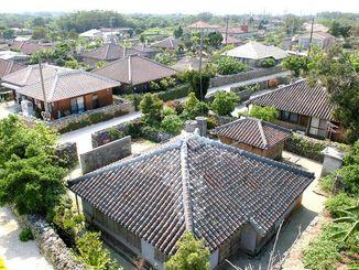 (資料写真)八重山地域、竹富島の伝統的な家並み