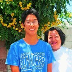 母親の邦子さんとジェフリー君(左)=トーランス市