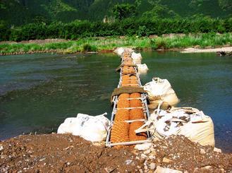 河川の濁水対策として設置されたバイオログフィルター=三重県・船津川(南西環境研究所提供)
