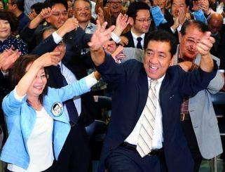 当選を祝ってカチャーシーを踊る桑江朝千夫さん(前列右)=27日午後10時27分、沖縄市中央の選対事務所