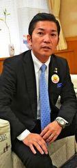 インタビューに答える松本哲治浦添市長=4日、浦添市役所