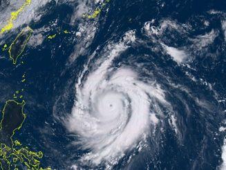 台風14号の12日午前9時50分の気象衛星ひまわり8号の画像(NICTひまわり8号リアルタイムWebのサイトから)