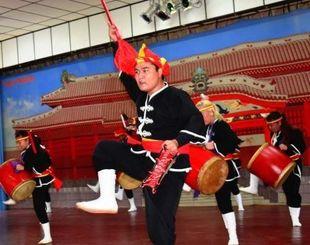 [ボリビア]エイサーで会場を盛り上げる琉球國祭り太鼓ボリビア支部メンバー=5日、オキナワ日本ボリビア協会文化会館