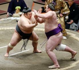 栃ノ心(右)を攻める貴景勝。押し出しで下す=両国国技館