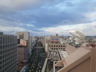 那覇市の上空=30日午後5時半ごろ