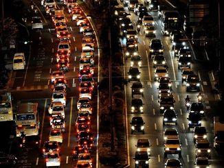 夕方過ぎの退勤時間帯に起きる国道58号の渋滞。北向け左車線はバス専用レーン=那覇市松山交差点近く