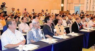 コザ信金の創立60周年を祝う関係者ら=1日、宜野湾市・ラグナガーデンホテル