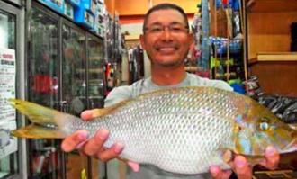 那覇一文字で46.5センチ、1.3キロのタマンを釣った小浜一郎さん=19日