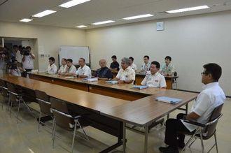 沖縄防衛局の意見を聞く「聴聞」のため待機する県職員ら=7日午前10時、県庁