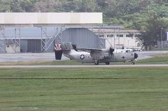 米軍嘉手納基地を離陸する空母搭載輸送機C2グレイハウンドの同型機=22日午後1時すぎ(読者提供)