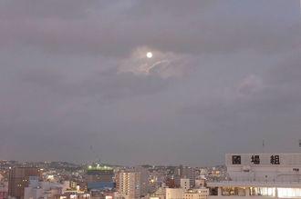 那覇市内で「中秋の名月」をタイムラプス撮影=9月8日、那覇市