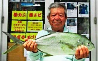 熱田漁港で2・1キロのオニヒラアジを釣った上江洲安栄さん=5月31日