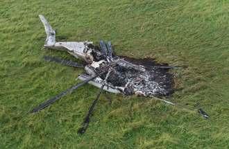 沖縄県東村高江の民間地で炎上した米軍の大型輸送ヘリ=2017年10月
