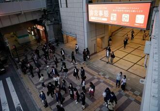 大阪・梅田を歩くマスク姿の人たち=22日午後、大阪市