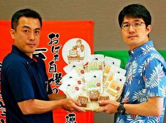 島豆腐のコラボ商品をPRする篠原社長(右)と糸数社長=16日、うるま市・食のかけはしカンパニー