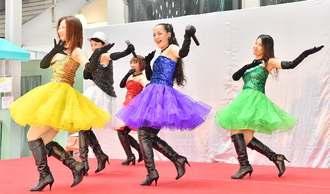 歌と踊りを披露するDream39のメンバー