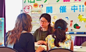 ひとり親の就労に関する臨時窓口で相談を受けるハローワークの担当者(中央)=2日、浦添市役所