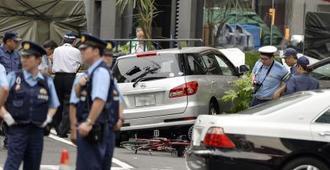 2014年6月、御堂筋を暴走し、脇道の植え込みに突っ込んだ乗用車=大阪市中央区