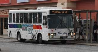 バス停に停車する路線バス=1日午後、豊見城市・沖縄アウトレットモールあしびなー