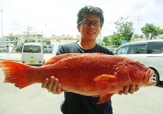奥沖で71・3センチ、5・1キロのアカジンを釣った比嘉大和さん=5日