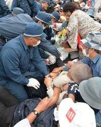 辺野古新基地:ゲート前に市民ら500人 資材搬入5時間止める