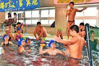 先生は高校生 沖縄の子ども向け水球教室 技術や気配り学ぶ好機
