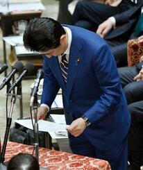 衆院予算委で、立憲民主党の辻元清美氏へのやじを飛ばした問題について謝罪する安倍首相=17日午前