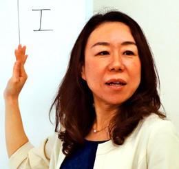 セミナーの受講生に職業やお金について説明する森奈都美さん=那覇市・プラカフェ