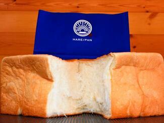 手でちぎって食べることで溶けるようなパンの食感が味わえる「HARE/PAN」の高級食パン