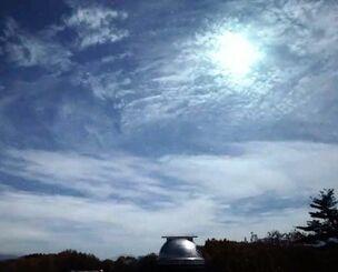 東京大木曽観測所(長野県木曽町)に朝日新聞社と東大が設置している星空ライブカメラが捉えた「火球」=12日午後10時ごろ(朝日新聞社提供)