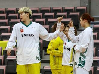 ENEOS―日立笠戸 日立笠戸に勝利し、喜ぶENEOS・渡嘉敷(左)ら=岸和田市総合体育館