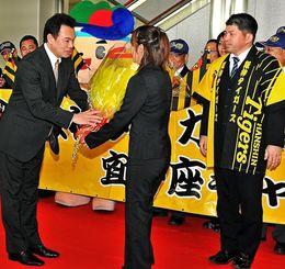 歓迎セレモニーで花束を受け取る阪神の和田豊監督(手前左)=那覇空港