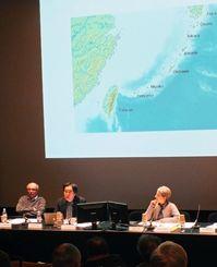 国民主義をテーマにした円卓会議で琉球・沖縄観について講演する伊従勉さん(中央)=パリ日本文化会館