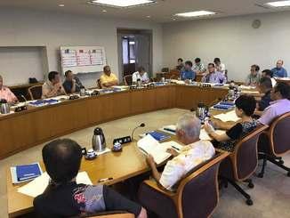 6月定例会の開会日に大田昌秀元副知事への黙とうを決めた県議会の議会運営委員会=13日、県議会