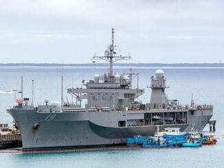 停泊する米海軍第7艦隊の旗艦「ブルーリッジ」=24日午後2時、うるま市の米軍ホワイトビーチ(読者提供)