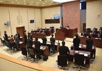 全会一致で抗議決議案を可決する嘉手納町議会=28日午前10時半ごろ、嘉手納町議会