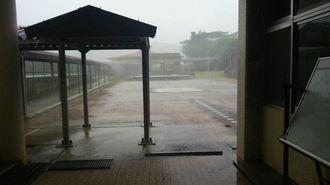 暴風警報が出ている北大東島は猛烈な風雨に見舞われていた=2日午前8時半ごろ、北大東村・北大東小中学校(仲盛令さん提供)