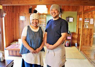 店主でおはぎ作りを担当する小島雅美さん(左)とどら焼きやすいとんなど粉物調理を担当する矢野宏行さん=2日、沖縄市諸見里・みやび茶屋・仲元