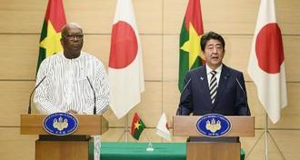 共同記者発表をする安倍首相(右)とブルキナファソのカボレ大統領=2018年11月19日