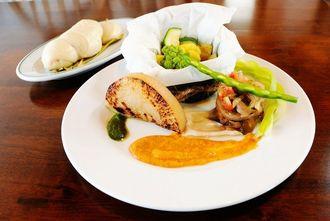 オリジナル野菜のプレート。蒸したり焼いたりした野菜を3種類のソースで楽しむ