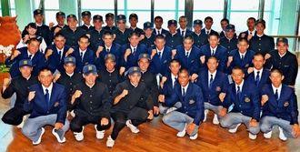 九州大会に向け意気込む八重山と興南の選手たち=那覇空港