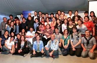 創立20周年式典と祝賀会に参加したメンバー(前から3列目、左から2人目が創立者の比嘉モーニカさん)=ブエノスアイレス市内