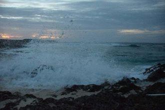 台風16号の影響で海は大しけ状態=16日午後7時7分、与那国町祖納の海岸