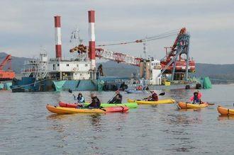 カヌーで作業船に近づき抗議する市民ら=7日午前10時20分ごろ、名護市辺野古