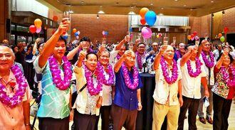 110周年を祝い、乾杯する参加者