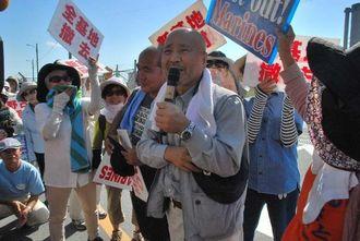 米軍キャンプ・シュワブのゲート前で、マイクをにぎる沖縄平和運動センターの山城博治議長=7日午前、名護市辺野古