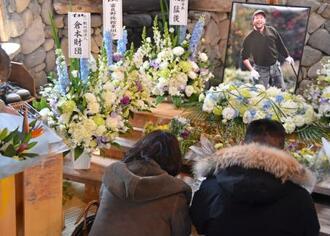3月に死去した田中邦衛さんをしのび献花するファンら=10日午前、北海道富良野市